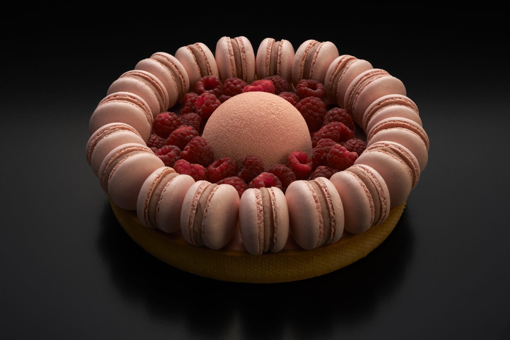 Tarta de frambuesas frescas, cremoso de chocolate blanco y vainilla, gelificado y petit macarons de rosas